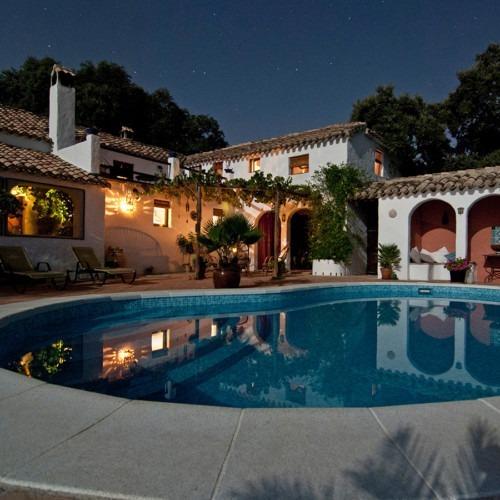 Foto casa húmeda con piscina de Vita Vilcina en Unsplash