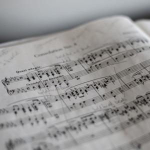 Foto de partituras de Marius Masalar en Unsplash