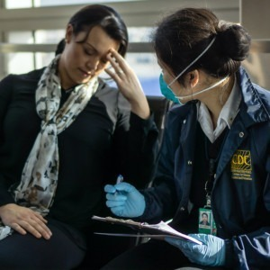 Foto de trabajo sanitario entrevistando a un paciente por los CDC en Unsplash