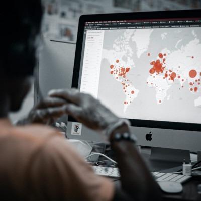 Foto del mapa en la computadora por Patrick Assalé en Unsplash