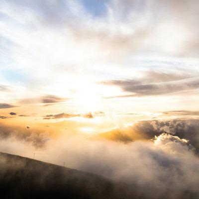 Foto de nubes y rayos de sol en las montañas por Sebastien Gabriel en Unsplash