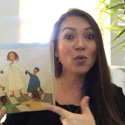 mujer leyendo un libro infantil