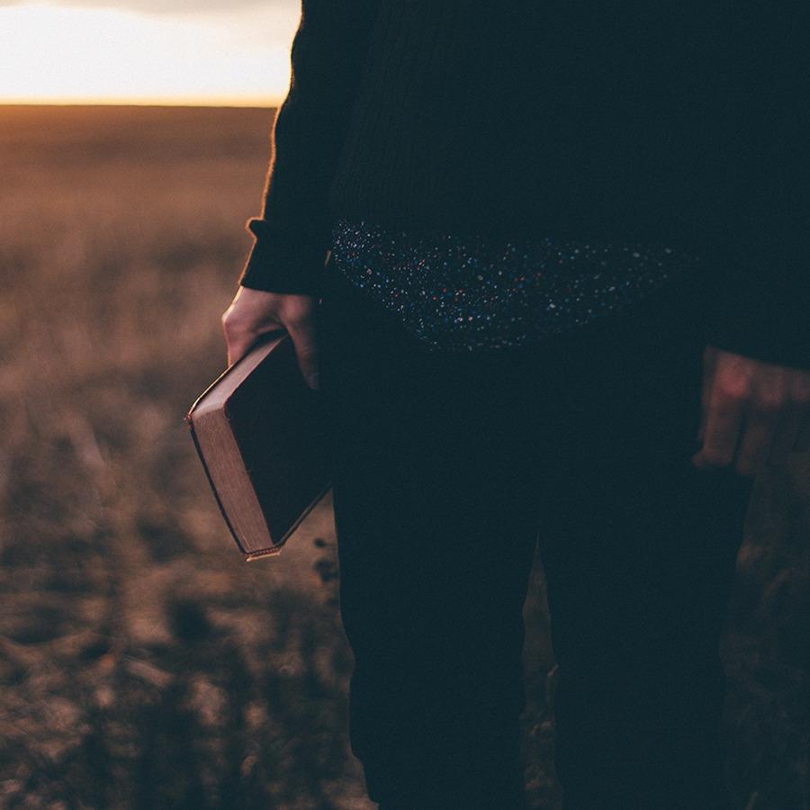 Foto de un hombre con la Biblia al atardecer por Priscilla Du Preez en Unsplash