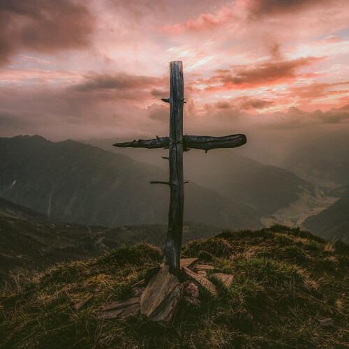 Foto de una cruz rugosa en las montañas por eberhard grossgasteiger en Unsplash