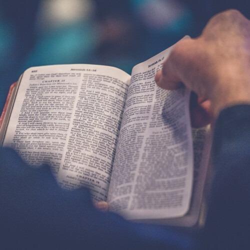 Photo de una biblia de Rod Long en Unsplash