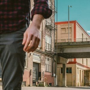 Foto de un hombre caminando en una calle por Cristofer Jeschke en Unsplash, exegético