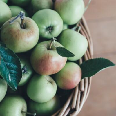 Foto de manzanas en una canasta por Annie Spratt en Unsplash