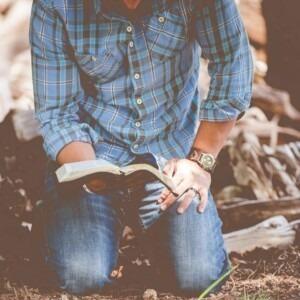 Foto de un hombre arrodillado con la Biblia en la mano por Ben White en Unsplash