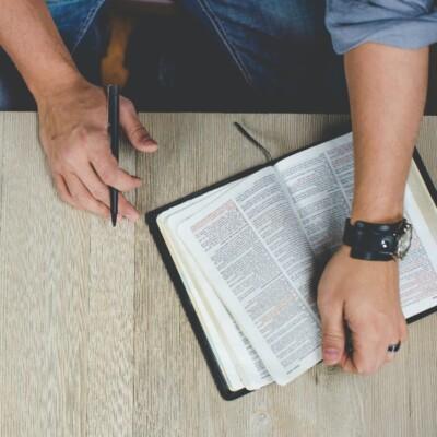 Foto de un hombre estudiando la Biblia por Ben White en Unsplash