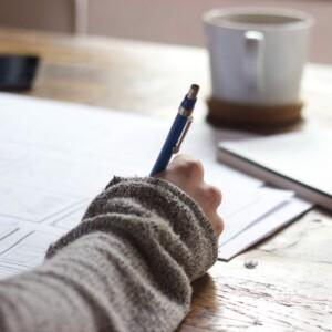 Foto de escritura a mano en un diario de Green Chameleon en Unsplash