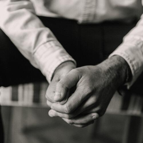 Detalle de las manos de un hombre, mientras que orar.