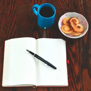 Foto de bolígrafo en diario abierto por Luz Saldaña en Unsplash