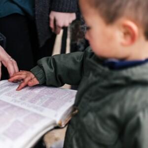 niño señalando palabras en una foto bíblica de Priscilla Du Preez en Unsplash