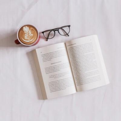 Foto de un libro abierto, vasos y café de Sincerely Media en Unsplash