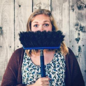 Foto de una mujer con una escoba por Tim Mossholder en Unsplash
