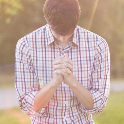 Joven rezando.