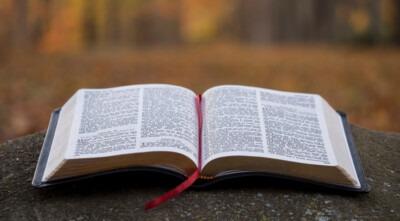Una biblia abierta.