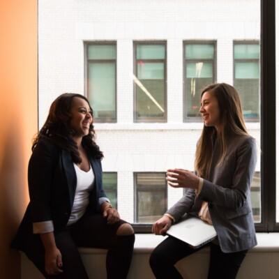 Foto de dos mujeres hablando junto a una ventana por Christina @ wocintechchat.com