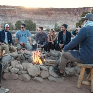 Foto de personas sentadas alrededor de una fogata por Phil Coffman en Unsplash