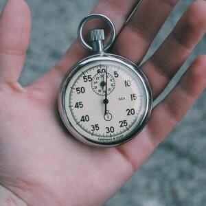 Foto de la mano sosteniendo un reloj de bolsillo por Veri Ivanova en Unsplash