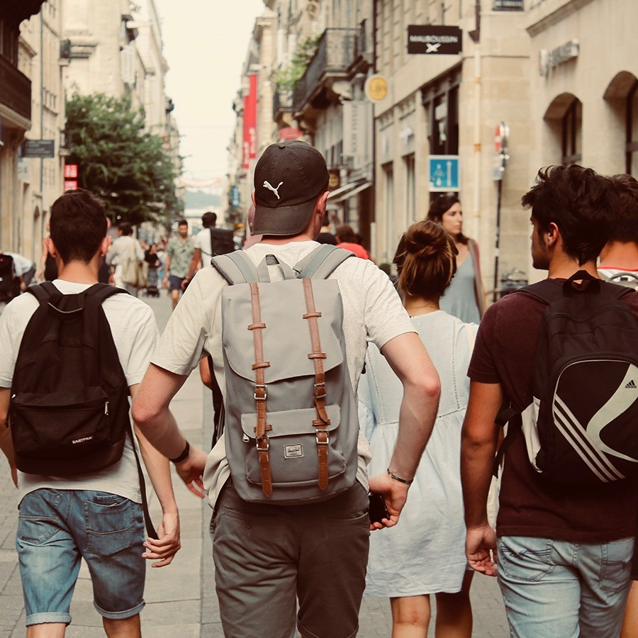 Foto de adolescentes caminando juntos por Rich Smith en Unsplash