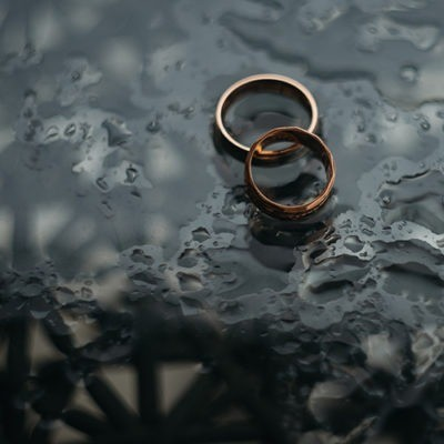 anillos de boda en aguas poco profundas