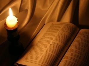 Biblia y vela