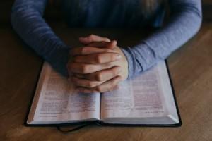 manos en una biblia