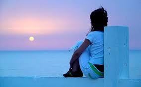 sentado-junto-a-la-playa