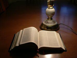 biblia y la lámpara